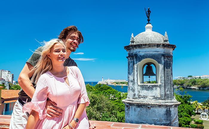 Young Cubans in love in front of Giraldilla.